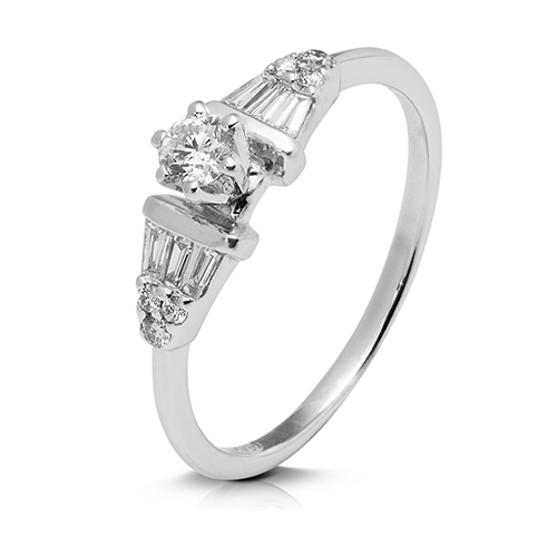 Anillo  diseño de oro blanco 18Kt con diamantes  y baguettes