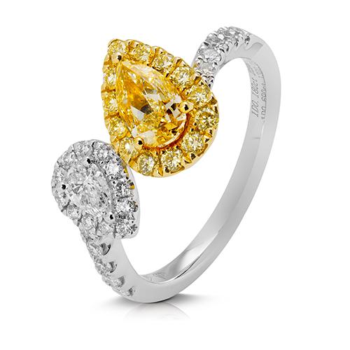 Anillo  diseño de oro combinado 18 Kt con diamantes y perillas